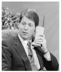 Martin Cooper, ingénieur chez Motorola, avec le premier portable, le Dyna TAC 8000, en 1973.