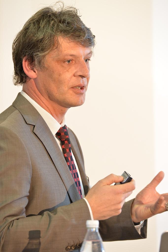 Patrik Schellenbauer beim Vortrag über das Schweizer Milizsystem (Foto: Günter Bolzern)
