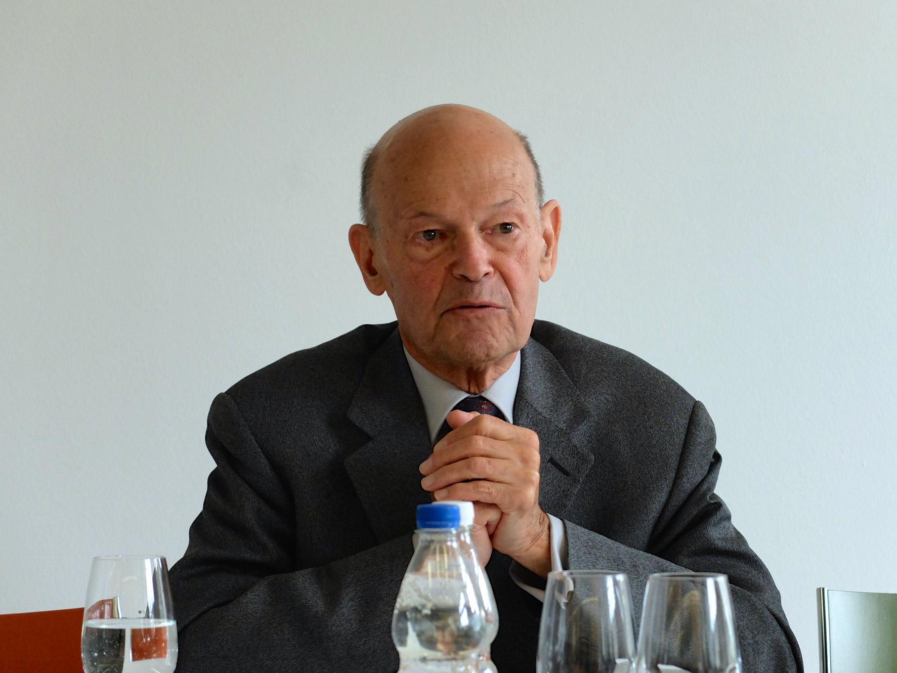 Jonathan Steinberg, der Autor von «Why Switzerland?», an seinem Vortrag bei Avenir Suisse