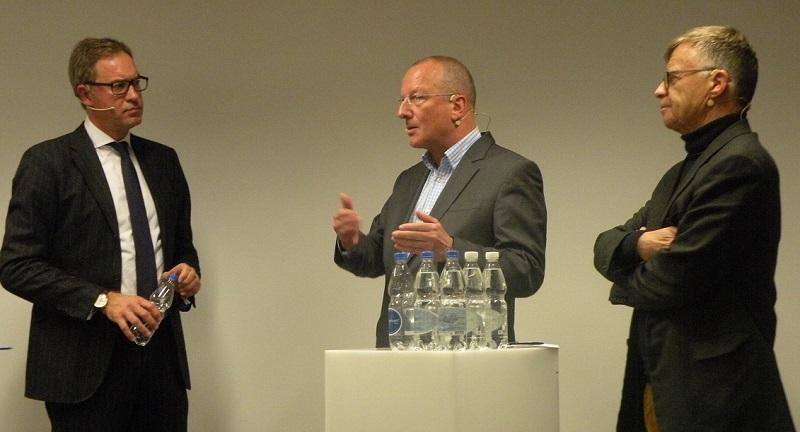 Arndt Groth (CEO PubliGroupe), Roger de Weck (Generaldirektor SSR SSR) und Peter Wanner (Verleger AZ Medien) diskutieren über eine zeitgemässe Medienförderung (v.links).
