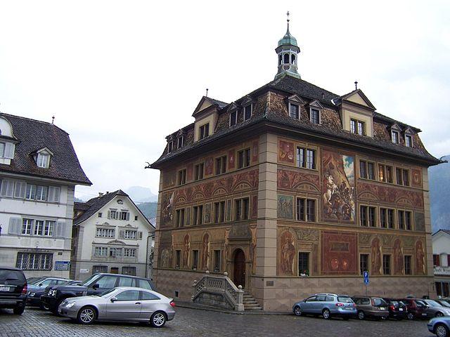 Das Rathaus von Schwyz (Quelle: Wikimedia Commons)