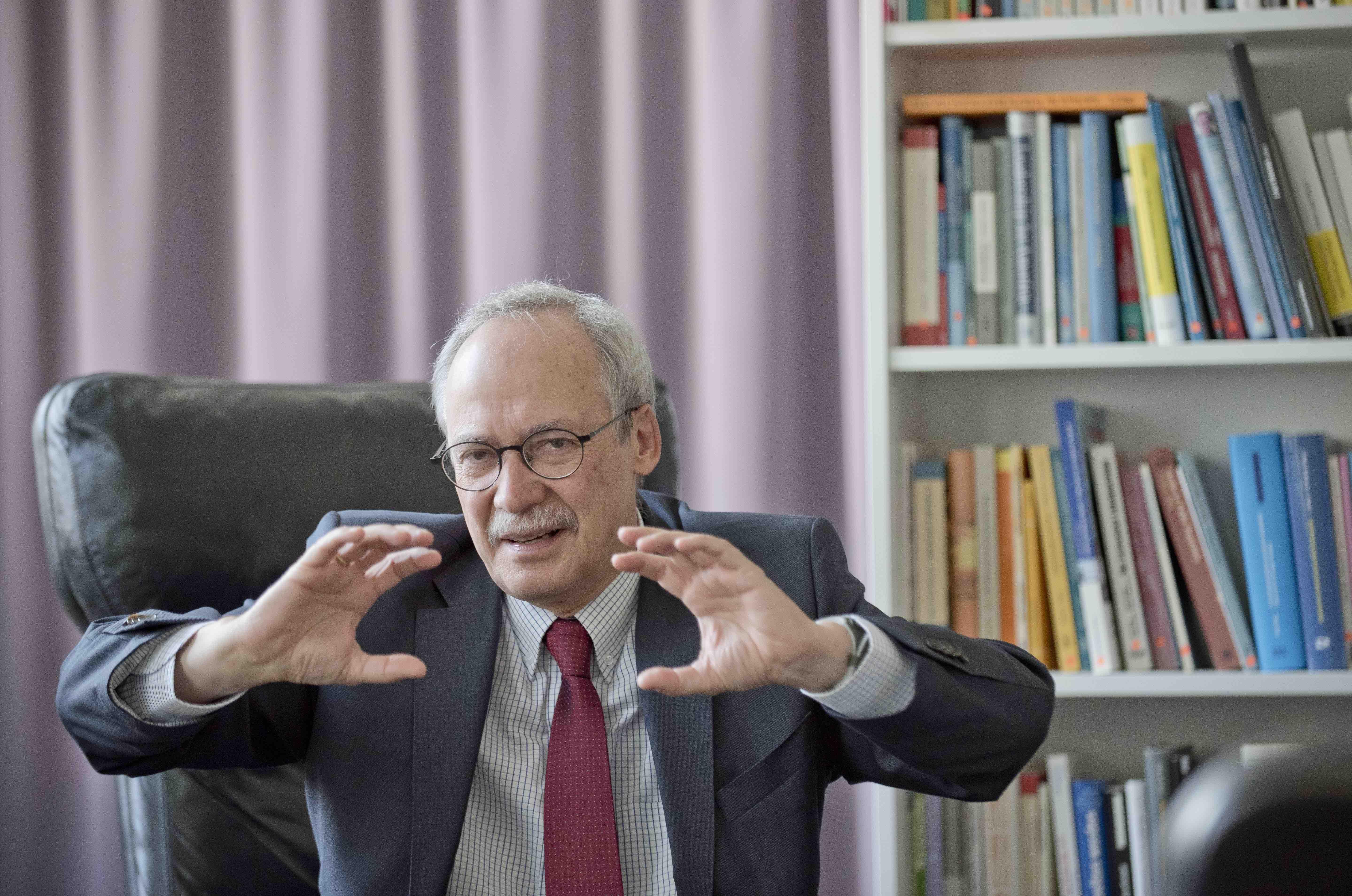Gerhard Schwarz im Interview mit Hansjörg Müller und Dominik Feusi (BAZ) über echten und falschen Liberalismus, Marxismus in St. Gallen und Whiskey als Anlageobjekt. Foto: Florian Bärtschiger