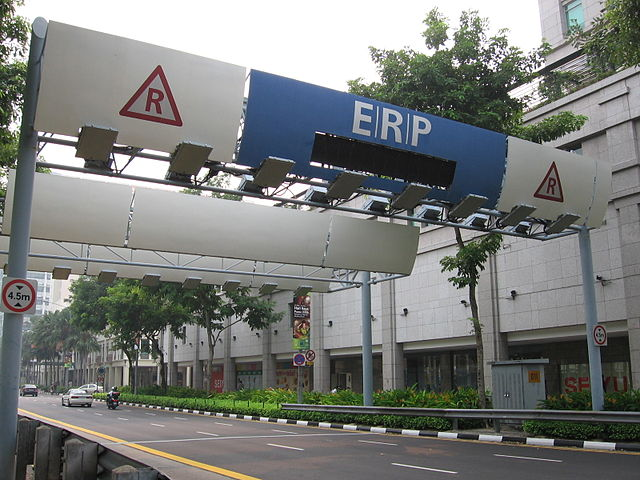 The road pricing portal on North Bridge Road in Singapore: The densely populated city state has its traffic problems under control, cars flow freely. (Wikimedia Commons)