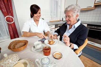 Bei einem Pflegeaufwand unter 60 Minuten pro Tag ist Spitex die ökonomischste Lösung. (Fotolia)