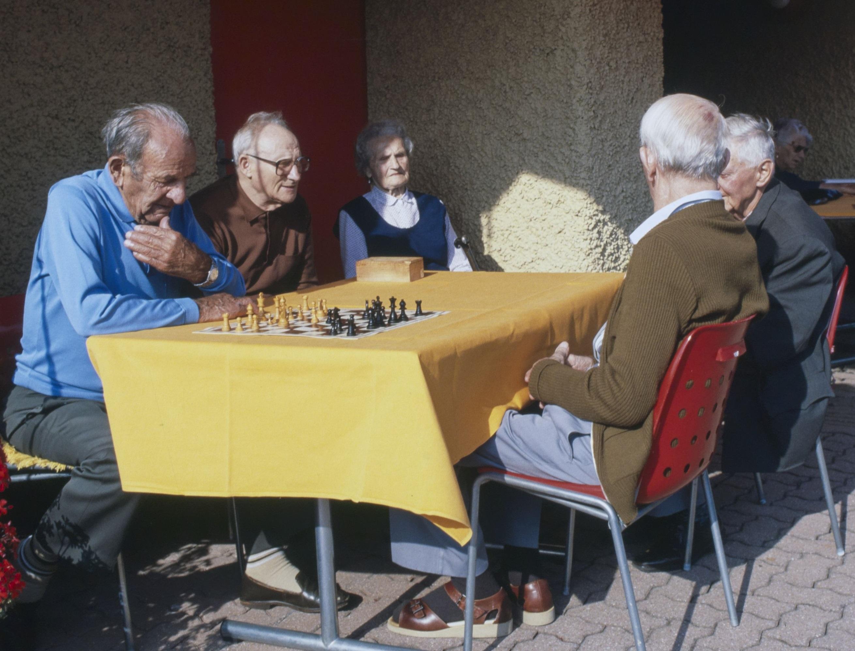 Alterspflege findet nicht nur daheim oder im Heim statt, sondern auch in zahlreichen Formen von intermediären Strukturen.