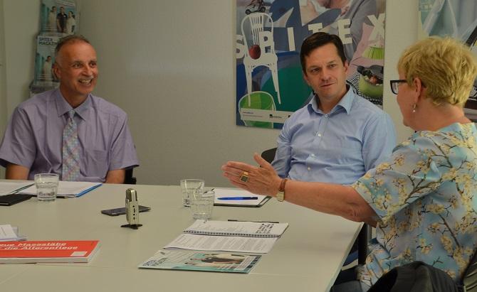 SVS-Vertreter Rahel Gmür und Peter Mosimann (l.) im Gespräch mit Jérôme Cosandey. (Bild Spitex-Magazin)