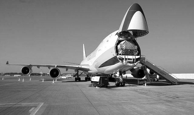Beladung eines Boeing 747-400F Frachtflugzeugs. (Wikimedia Commons)