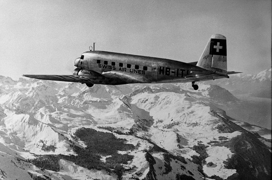 Swissair-Flugzeug über den Alpen (ca. 1935).