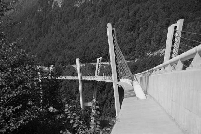 Sunnibergbrücke bei Klosters, entworfen vom Bauingenieur Christian Menn in Zusammenarbeit mit Dialma Jakob Bänziger und seinem Ingenieurbüro. (Wikimedia Commons)