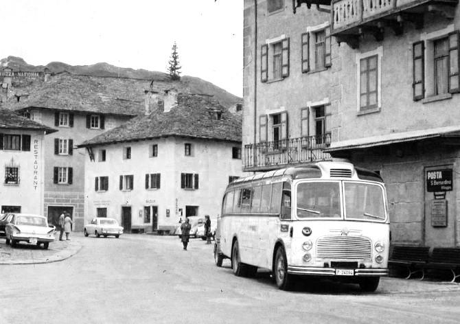 Gute alte Zeiten: Postauto der Linie San-Bernardino-Bellinzona. (Wikimedia Commons)
