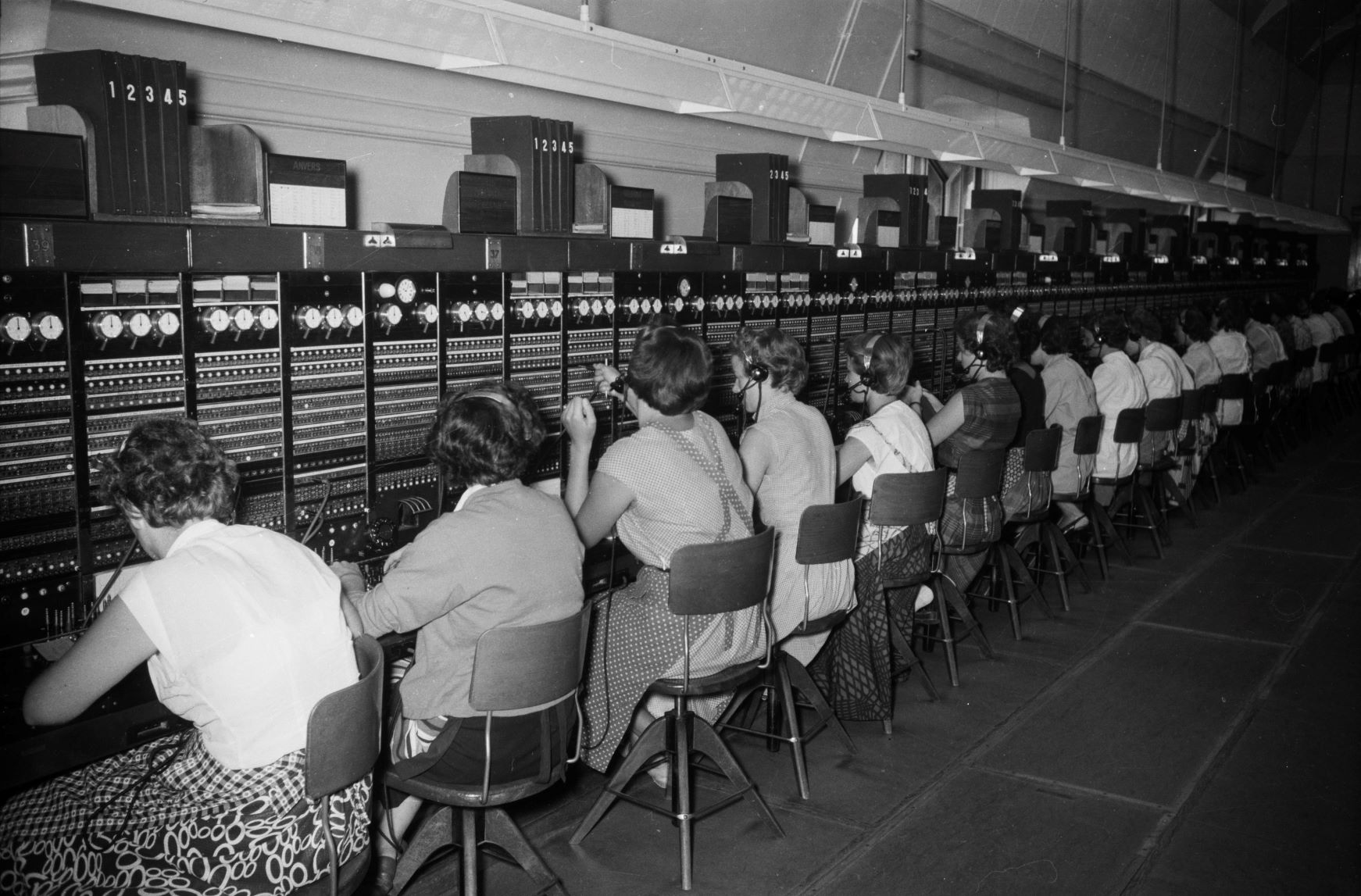 Switchboard operators at work |ETH Library Zurich, picture archive
